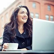 Vrouw met koffie en laptop